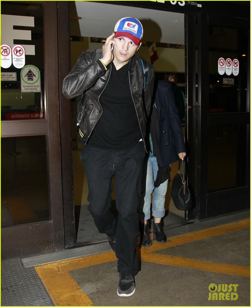 mila kunis ashton kutcher arrive home from iowa 073082125