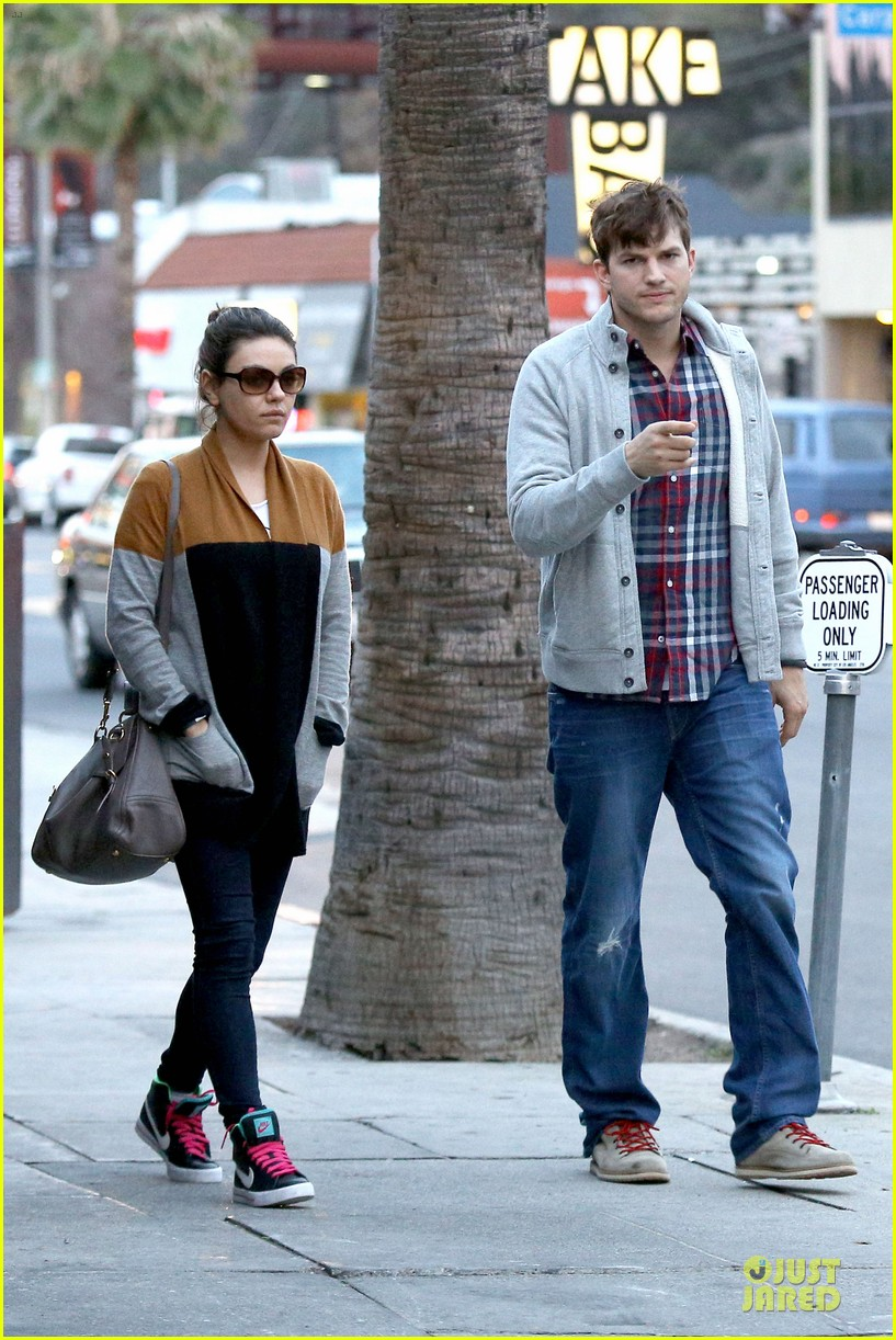 ashton kutcher mila kunis grab dinner as newly engaged couple 013065595