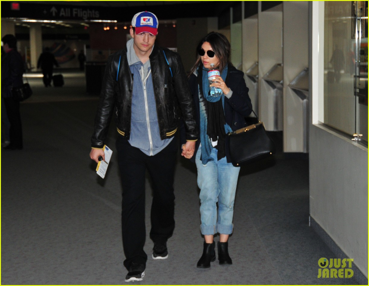 ashton kutcher mila kunis fly to iowa 023081538
