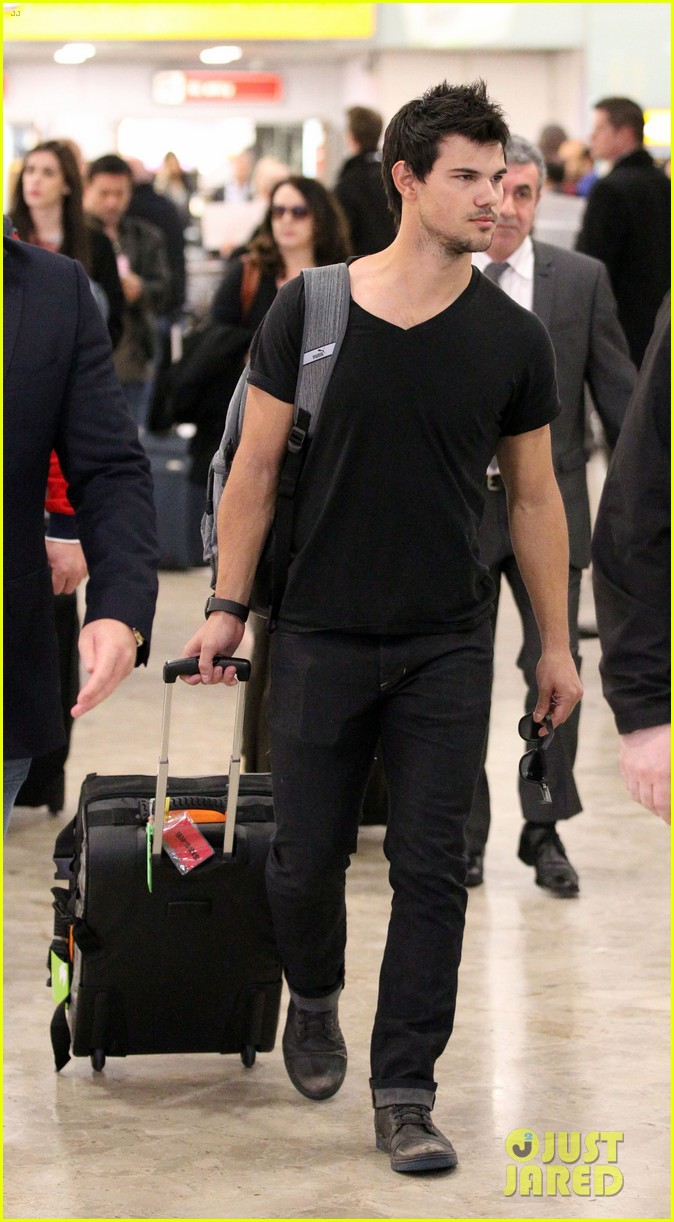 taylor lautner jets off t london 08