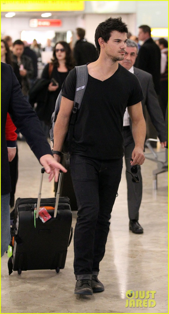 taylor lautner jets off t london 103073330