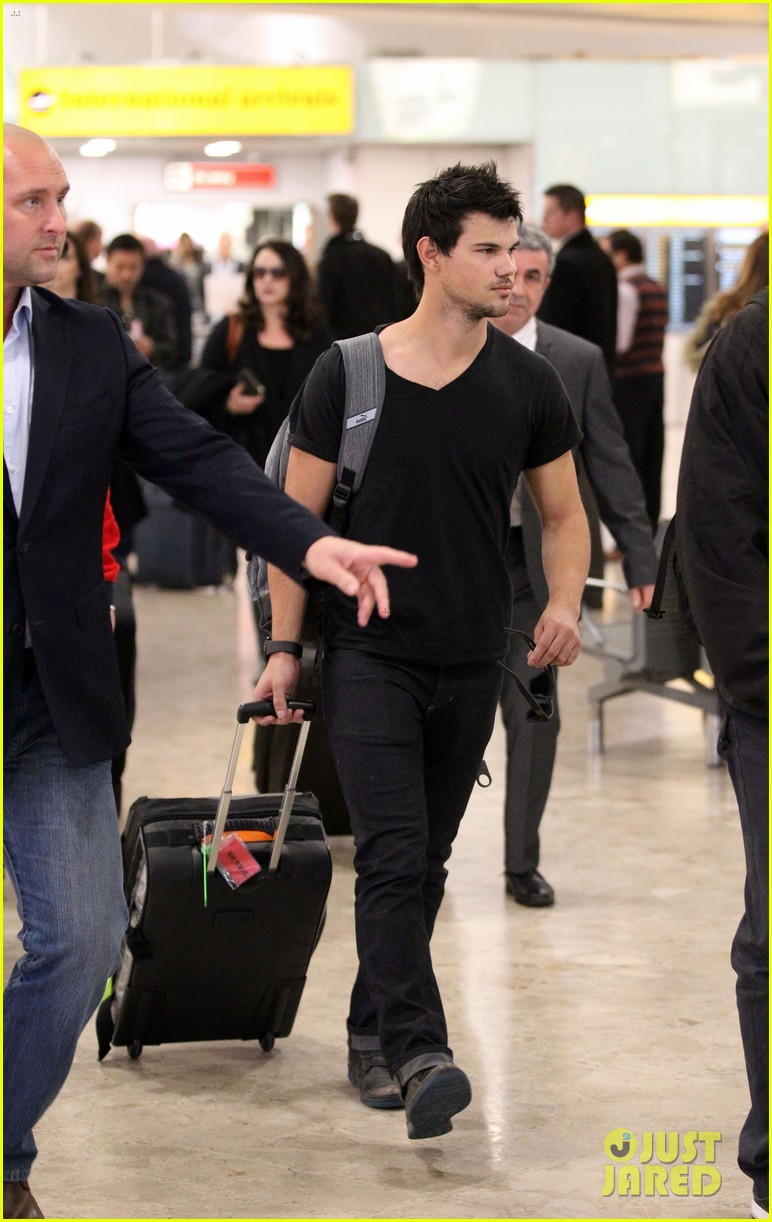 taylor lautner jets off t london 113073331