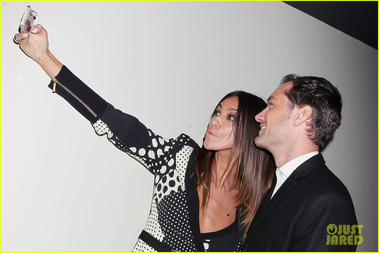jude law madalina ghenea take a selfie 293080154