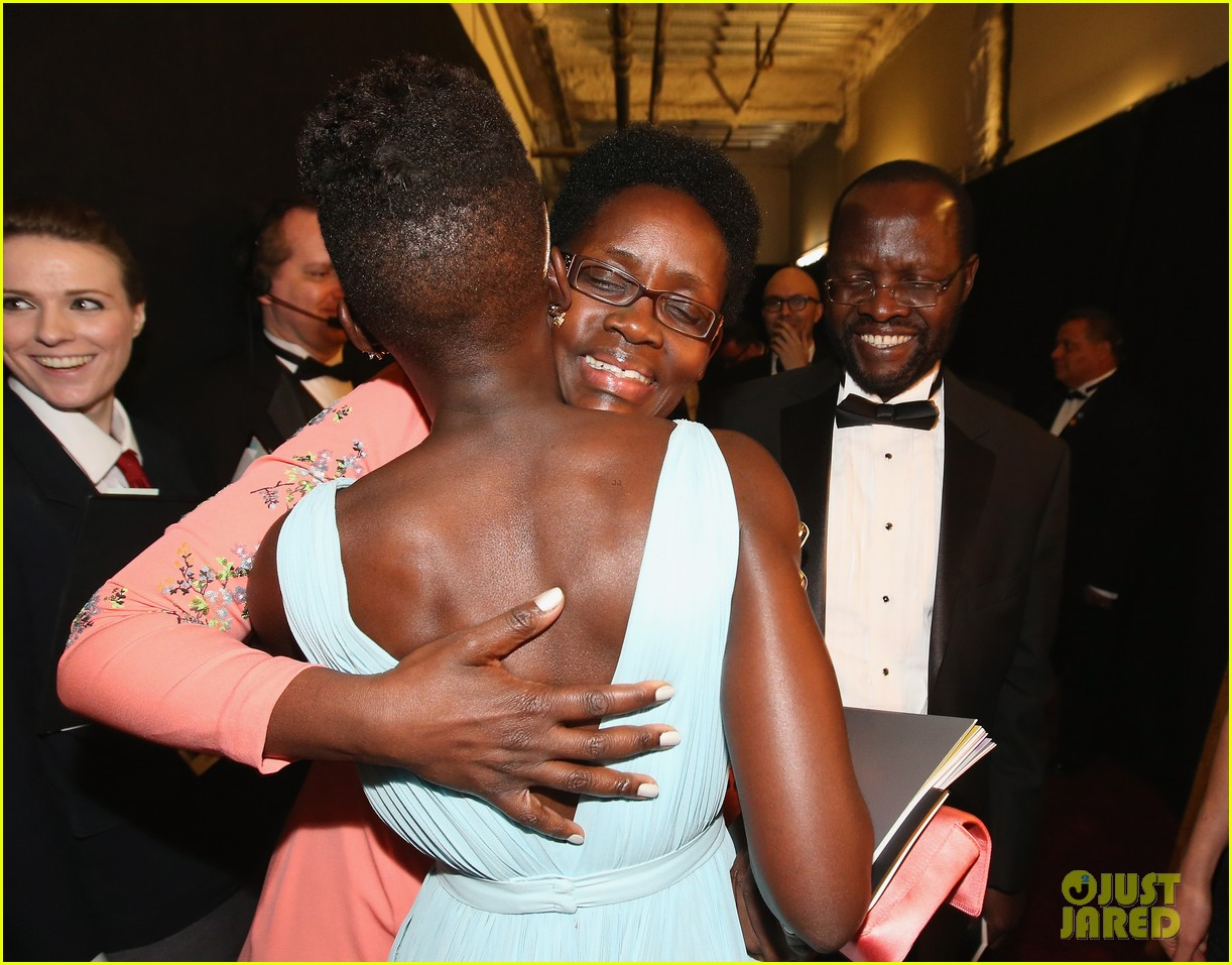 jennifer lawrence tries to steal lupita nyongos oscar backstage see the funny photo 013064349