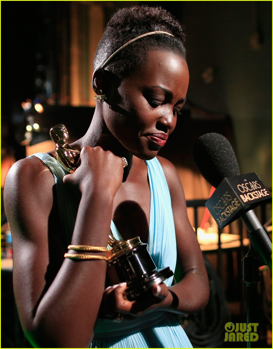 jennifer lawrence tries to steal lupita nyongos oscar backstage see the funny photo 023064350