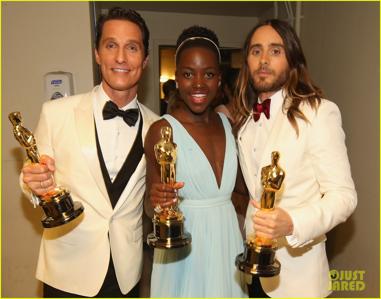 jennifer lawrence tries to steal lupita nyongos oscar backstage see the funny photo 043064352