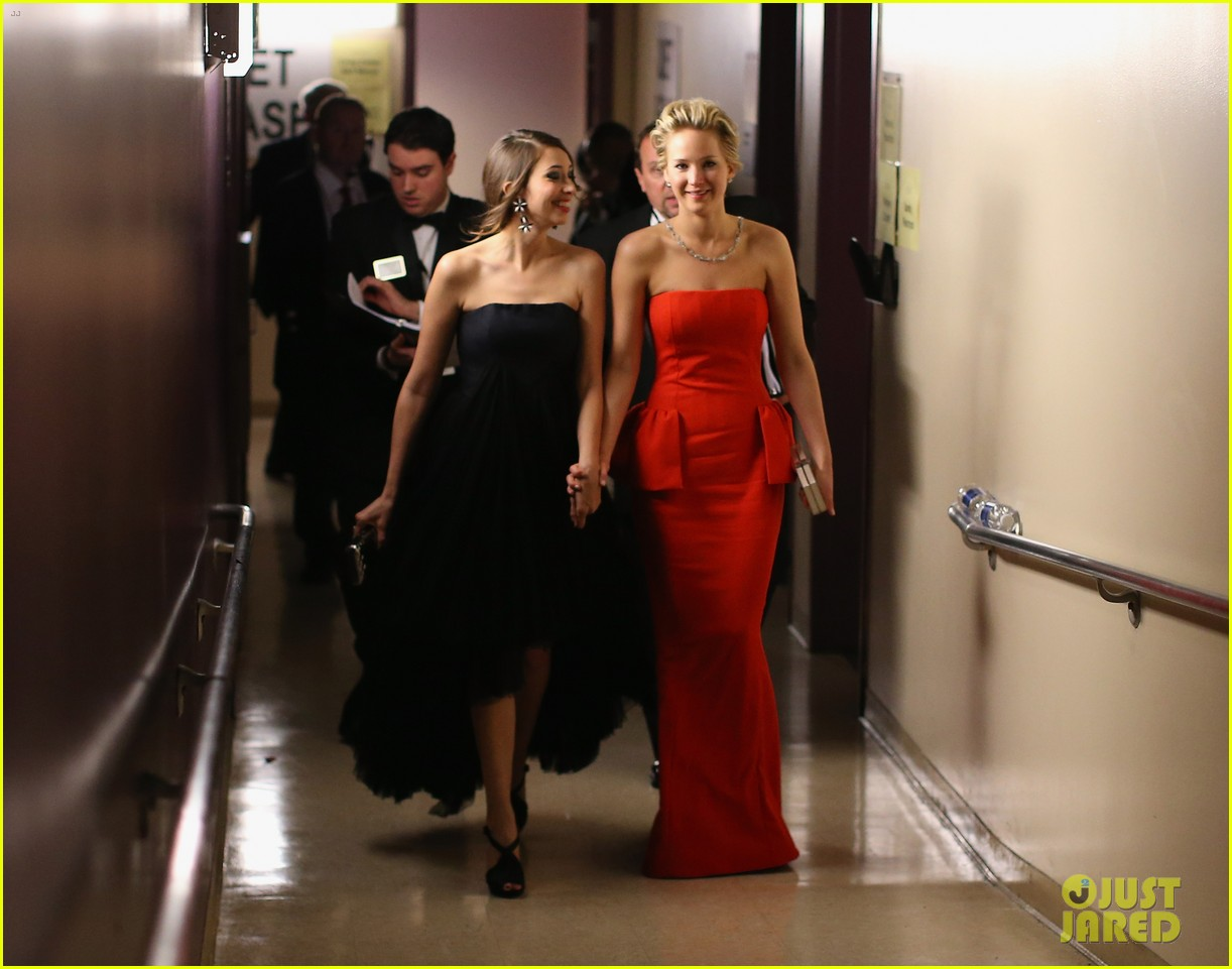 jennifer lawrence tries to steal lupita nyongos oscar backstage see the funny photo 053064353