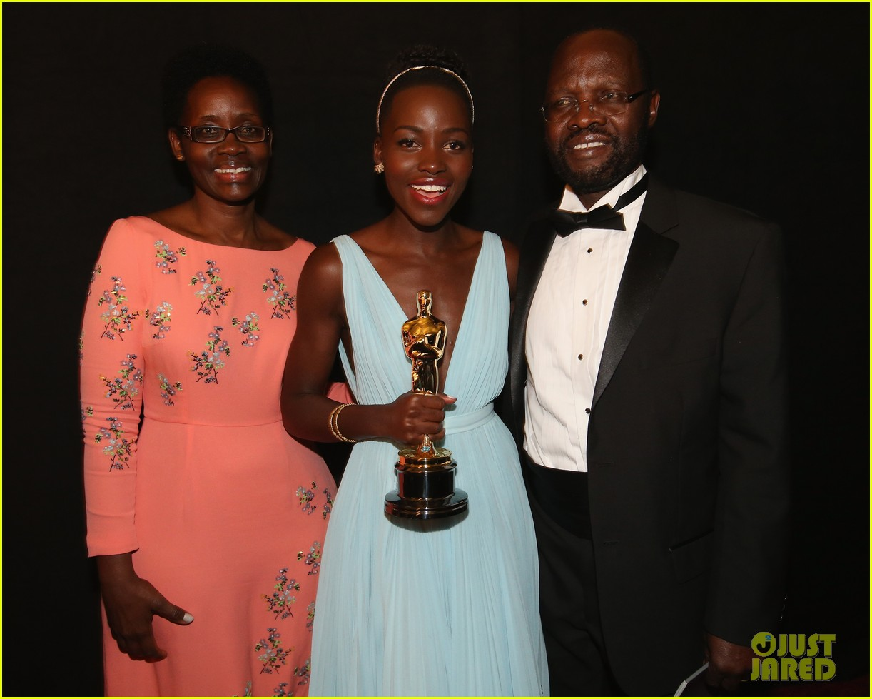 jennifer lawrence tries to steal lupita nyongos oscar backstage see the funny photo 073064355