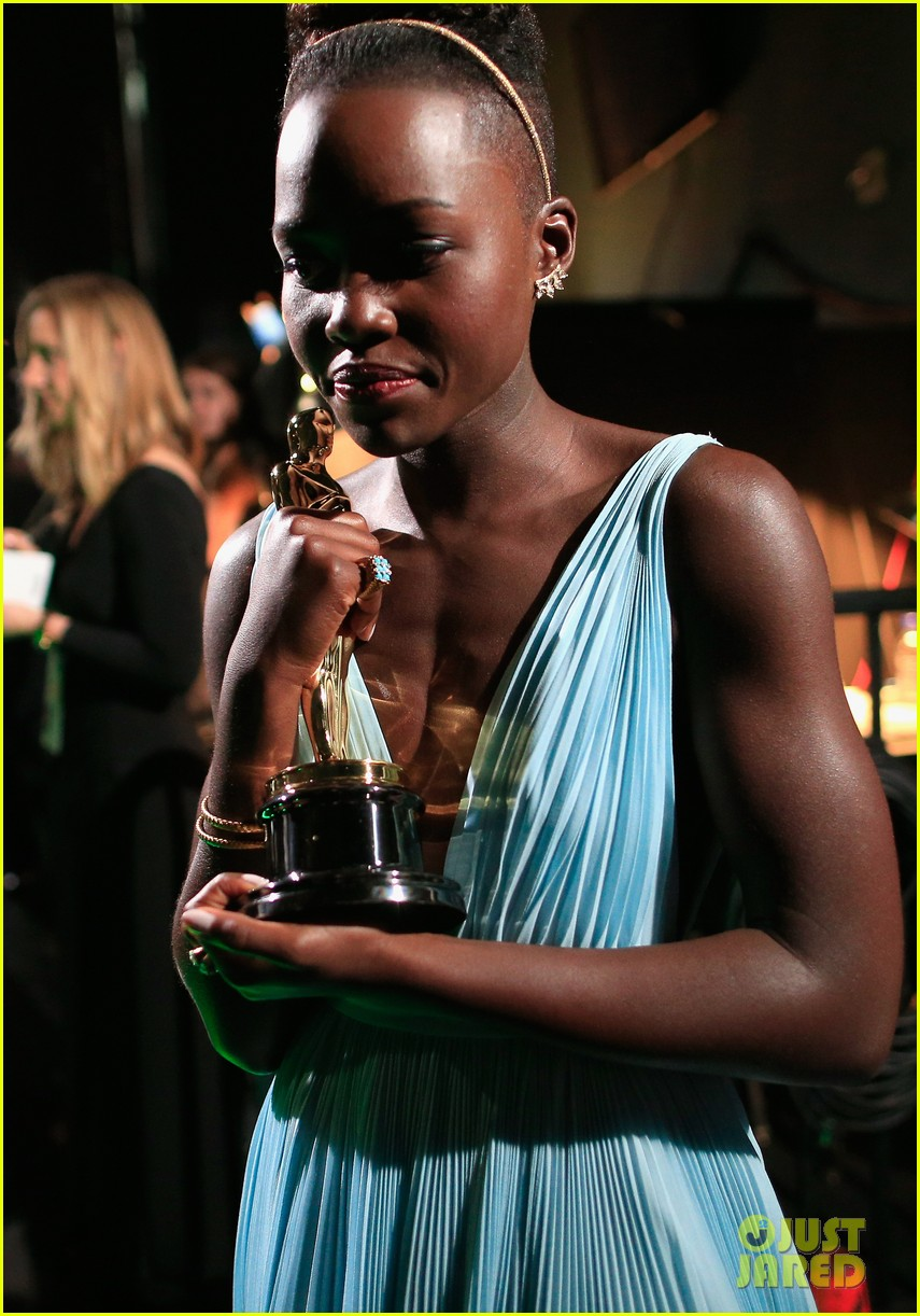 jennifer lawrence tries to steal lupita nyongos oscar backstage see the funny photo 083064356