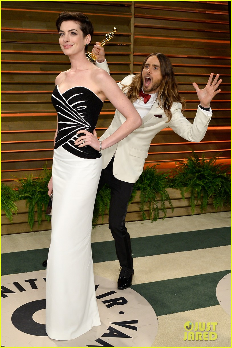 jared leto photobombs anne hathaway at vanity fair oscars party 2014 013064523