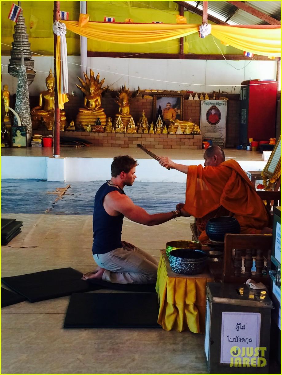 kellan lutz goes shirtless feeds monkey thailand 043070996