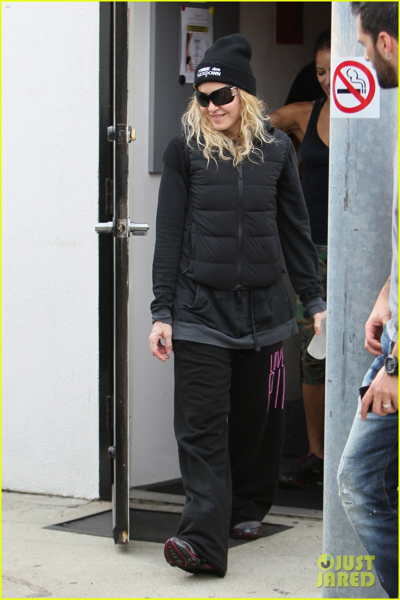 madonna dresses up to clean her house 063070861