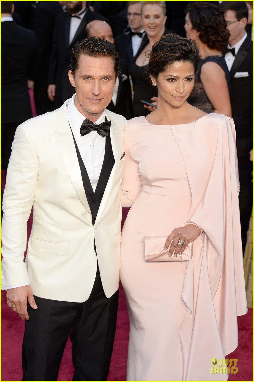 matthew mcconaughey camila alves matching couple on oscars 2014 red carpet 02