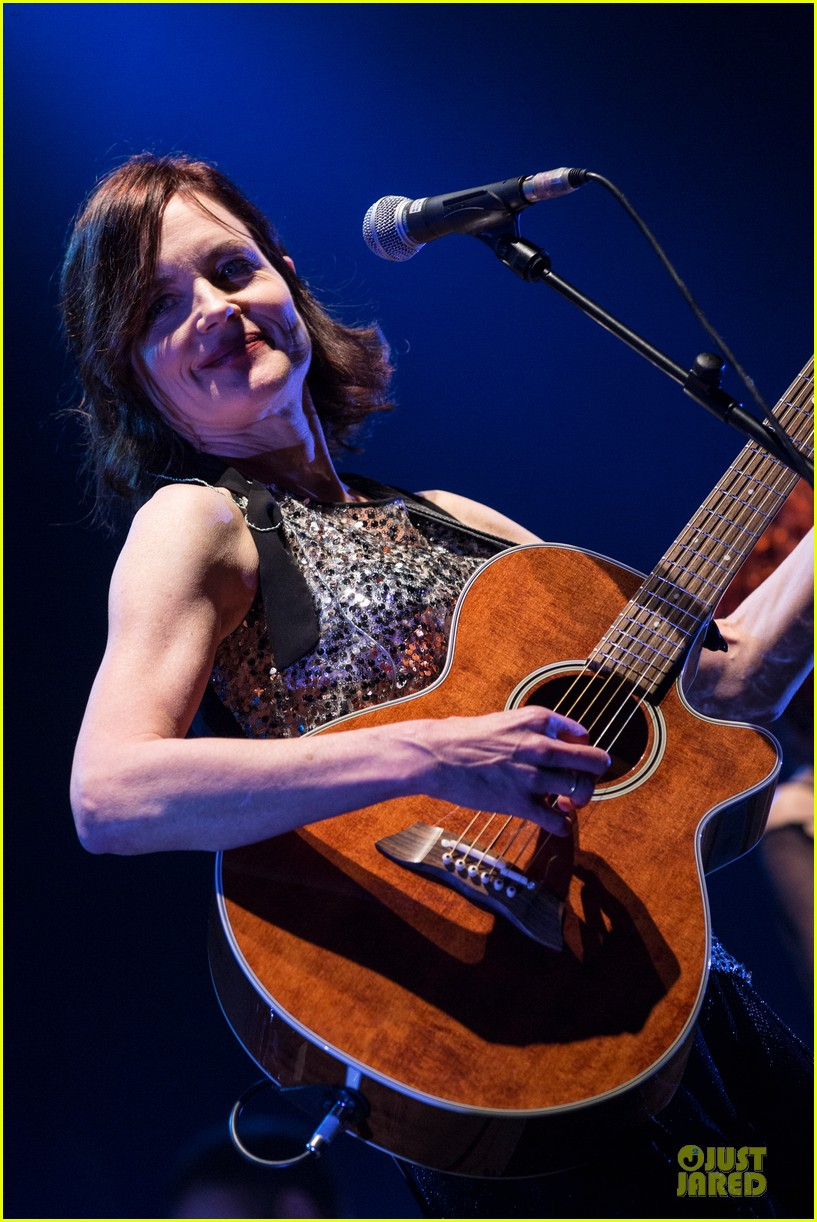 elizabeth mcgovern muiscal with sadie and the hotheads 043073373