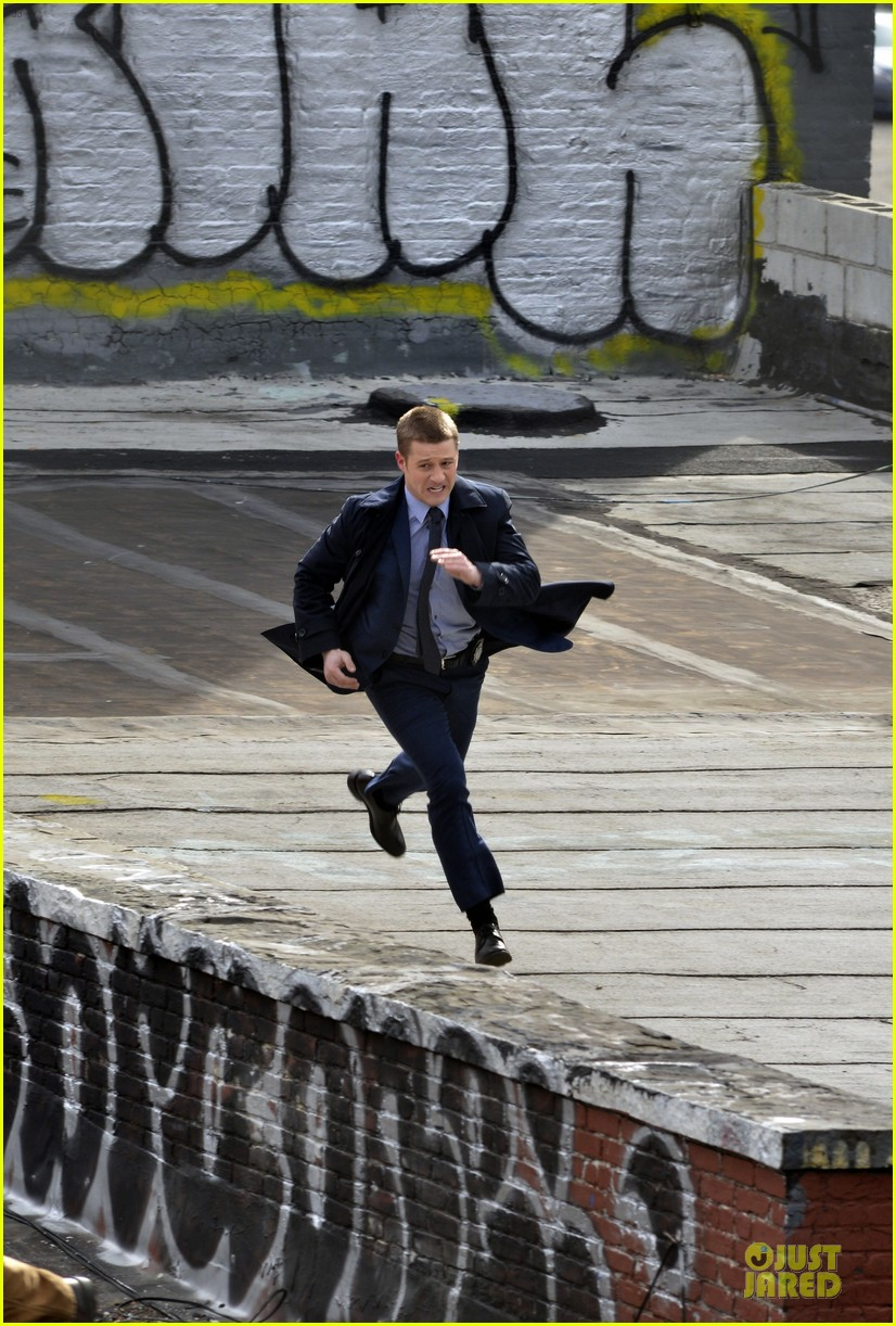 ben mckenzie pulls out a gun for gotham 01