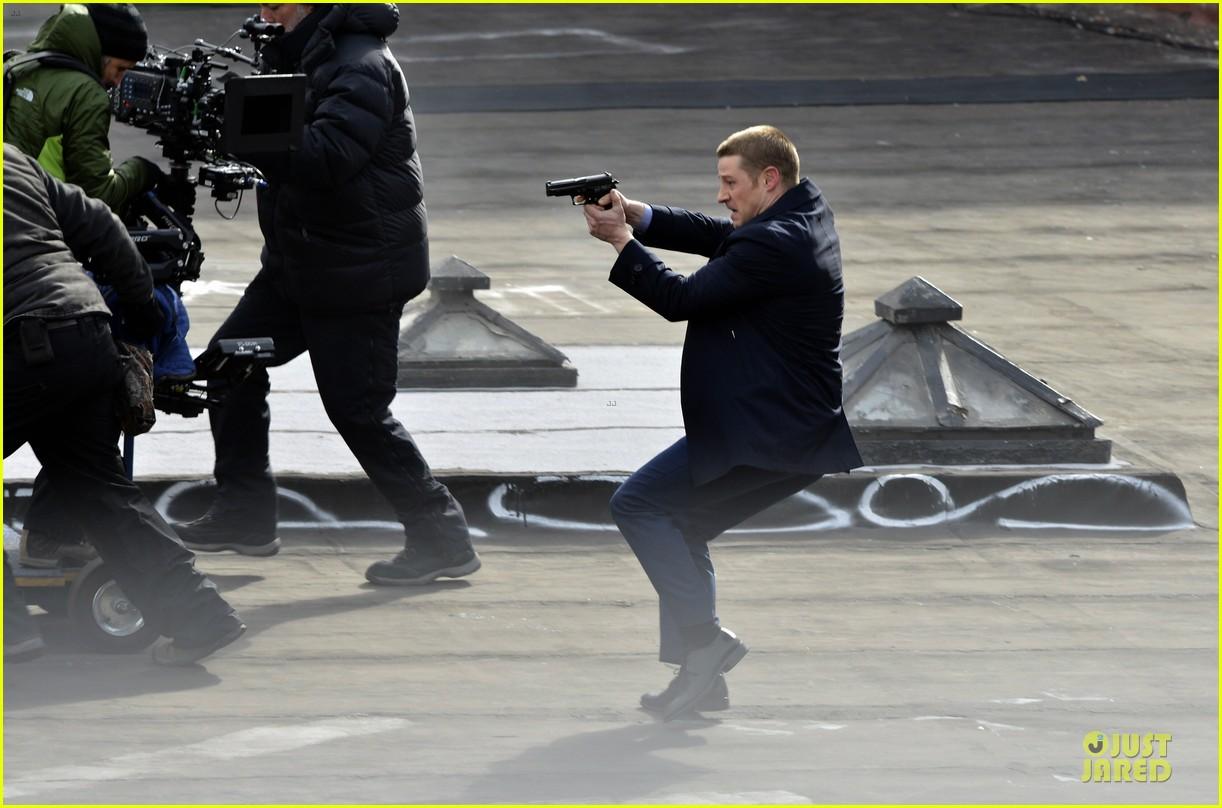 ben mckenzie pulls out a gun for gotham 033073526