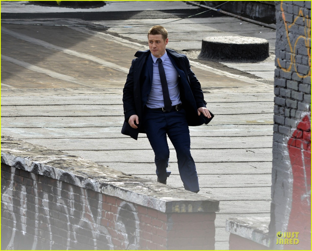 ben mckenzie pulls out a gun for gotham 063073529