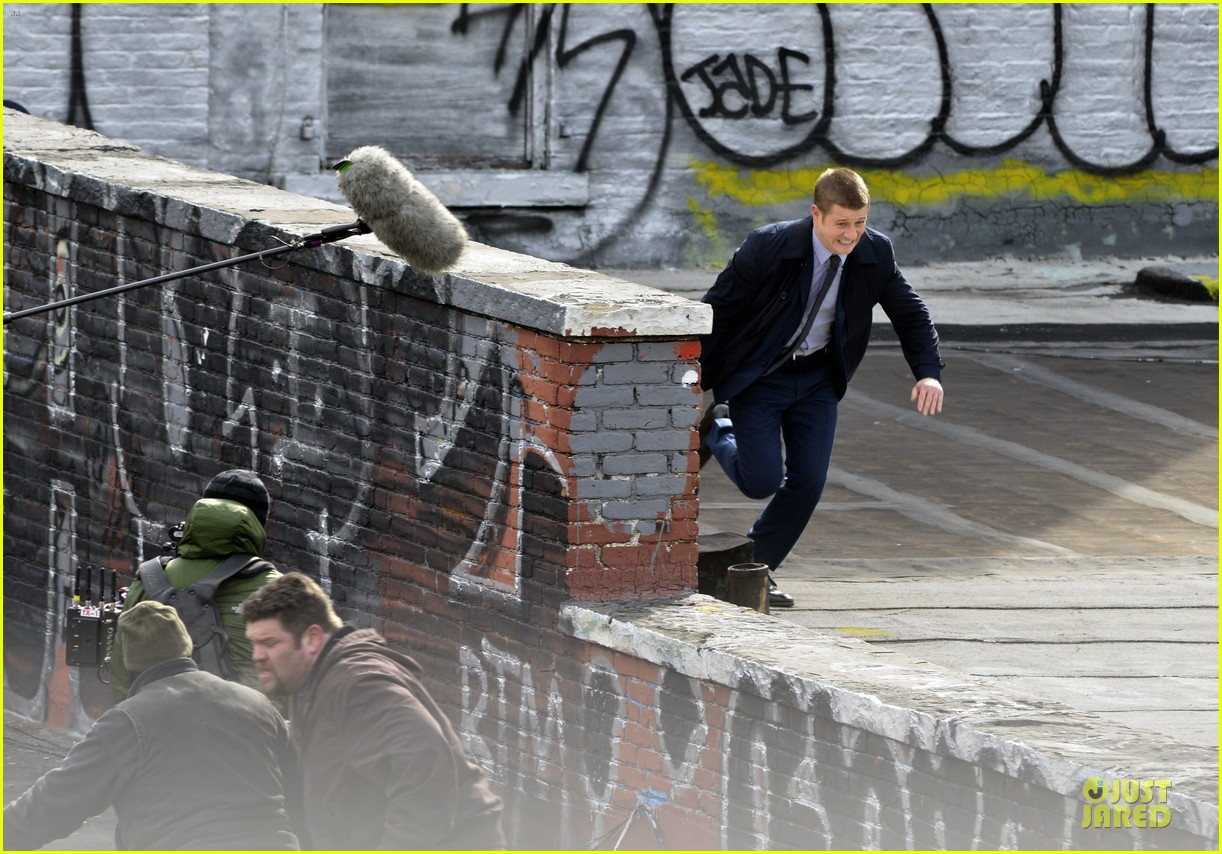 ben mckenzie pulls out a gun for gotham 083073531