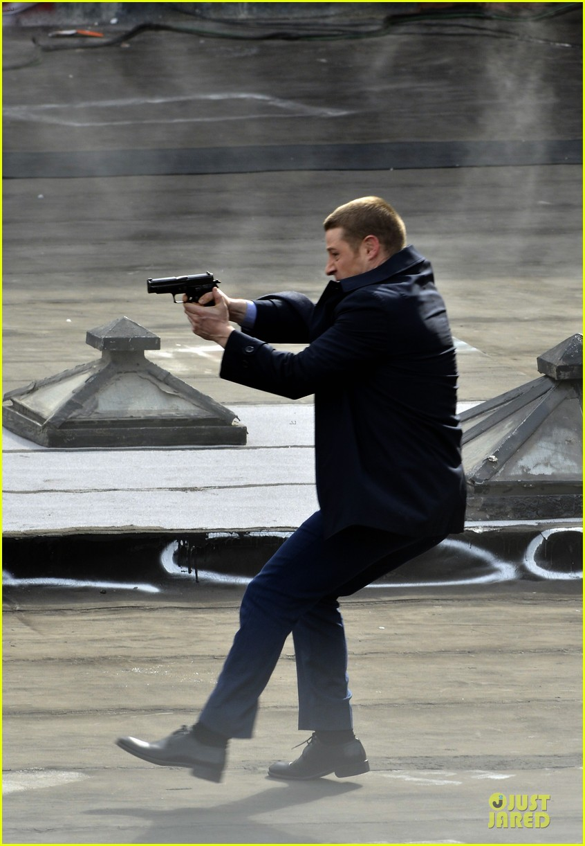 ben mckenzie pulls out a gun for gotham 093073532