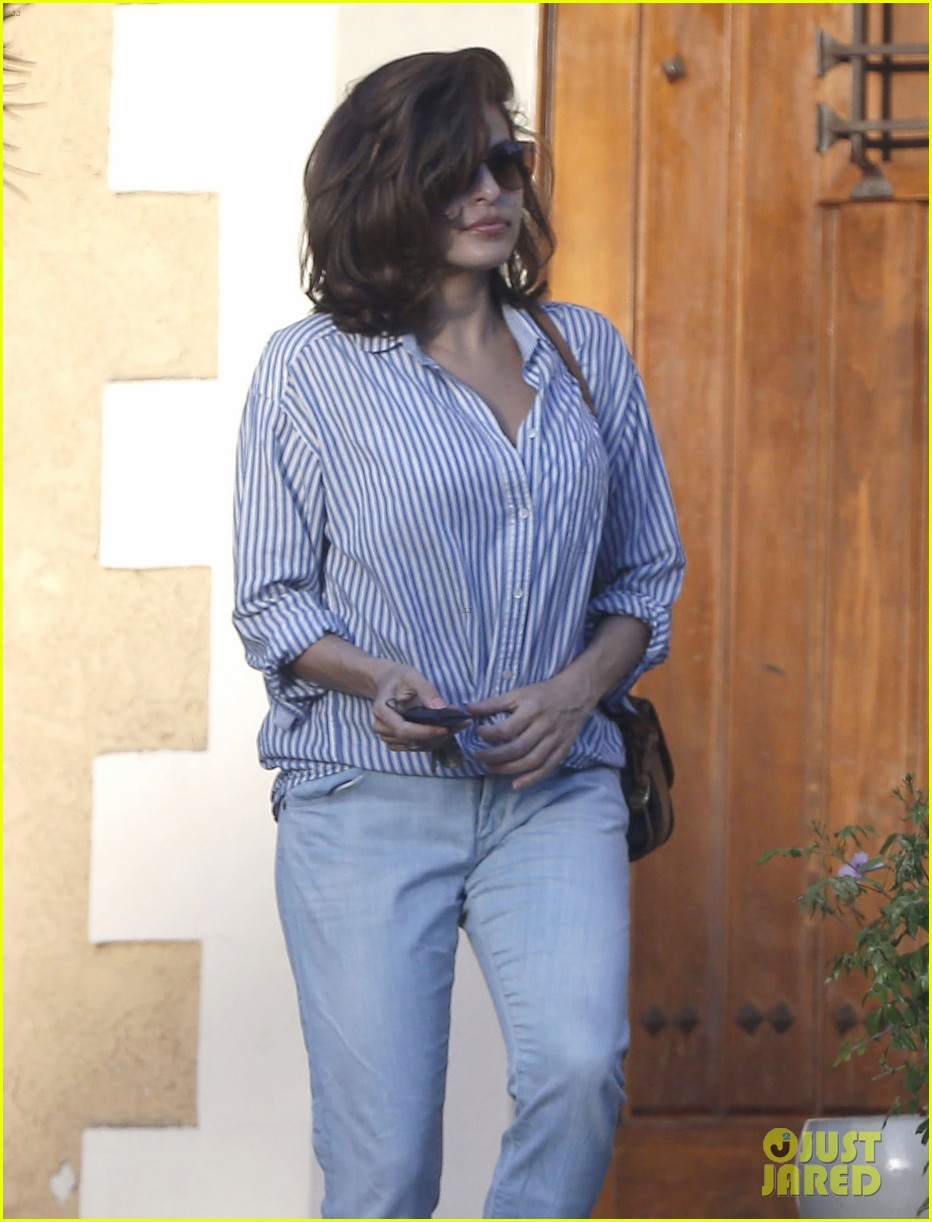 eva mendes visits a friend weho 05