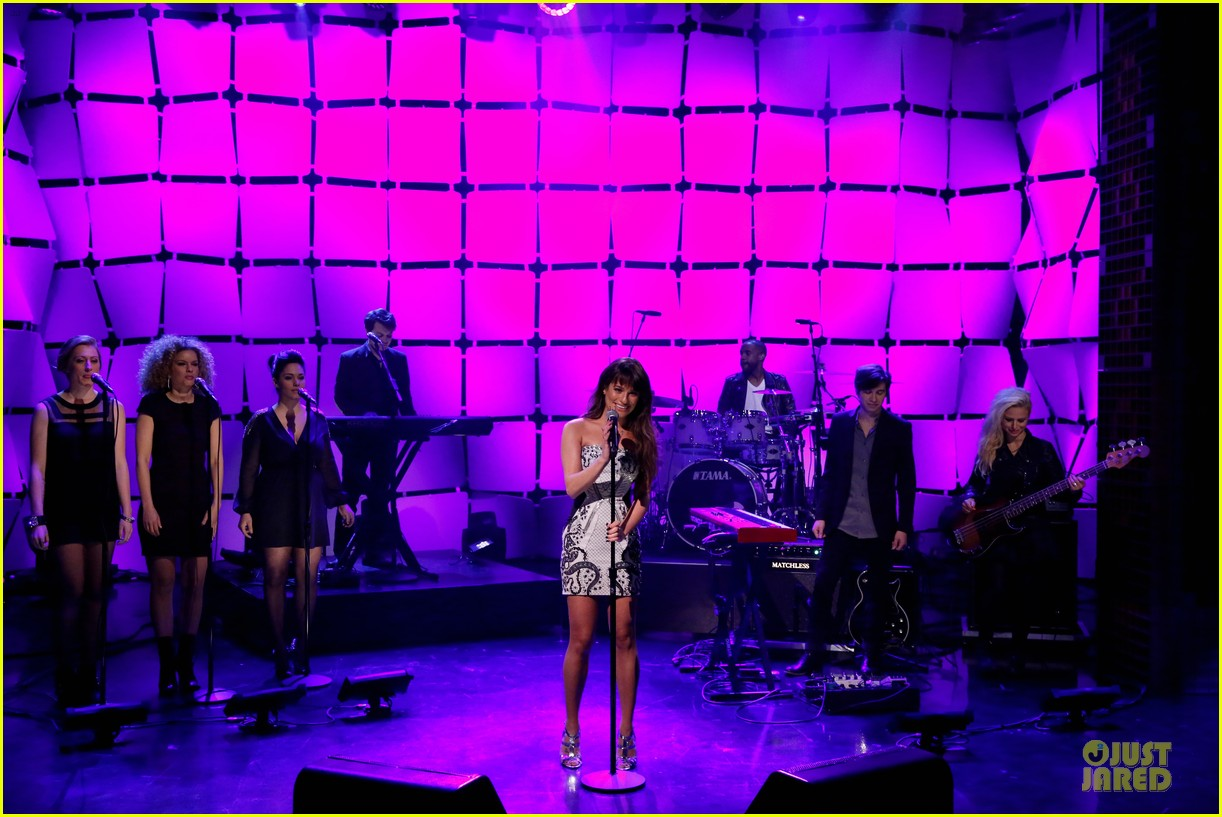 lea michele performs cannonball on tonight show 033066176