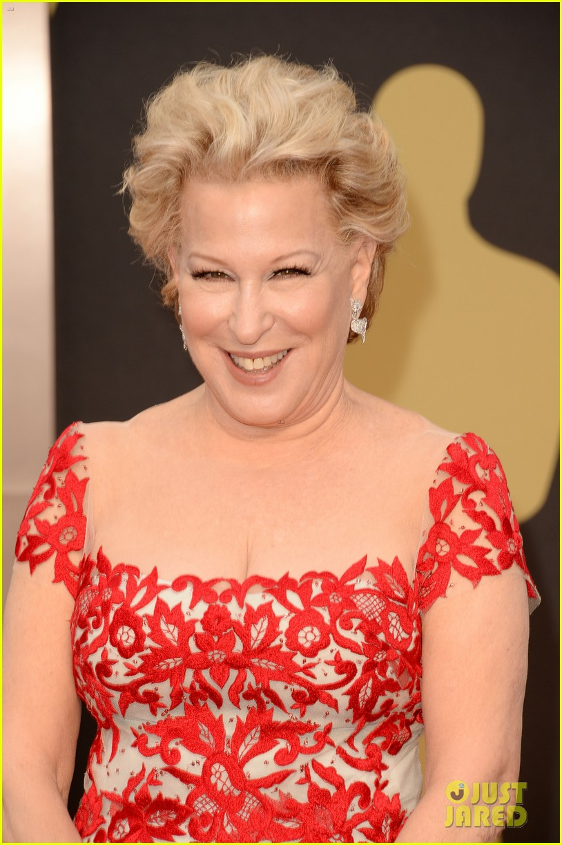 bette midler walks carpet before first oscars performance ever 023063957