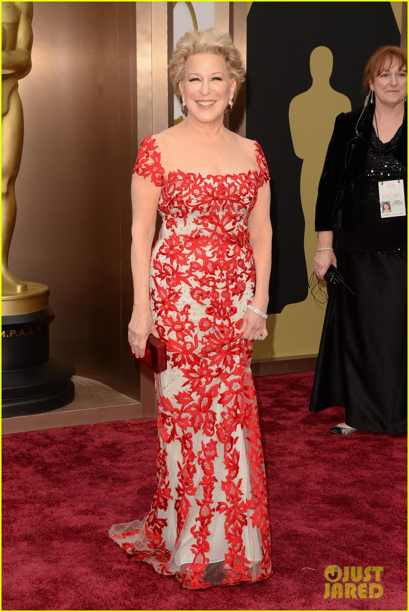 bette midler walks carpet before first oscars performance ever 053063960