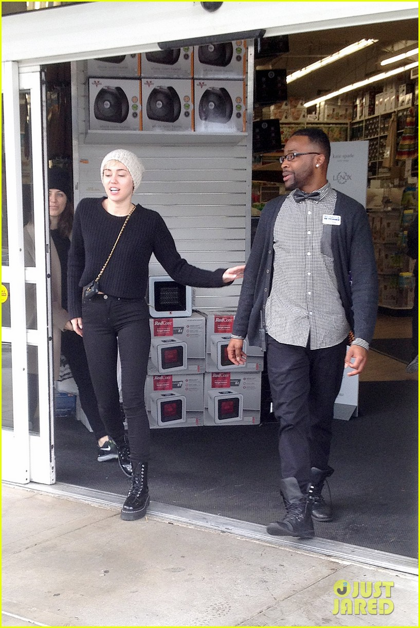 miley cyrus back in la for quick break from bangerz tour 023067155