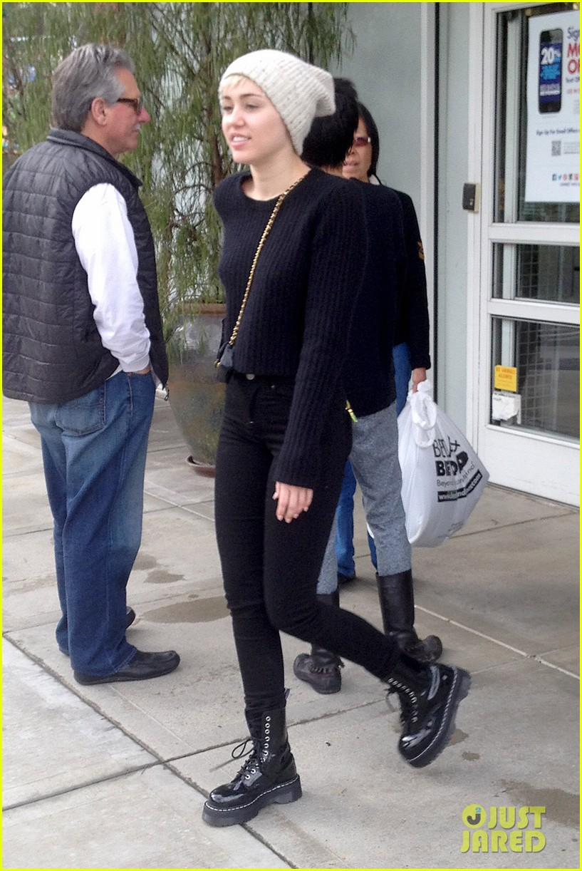 miley cyrus back in la for quick break from bangerz tour 033067156