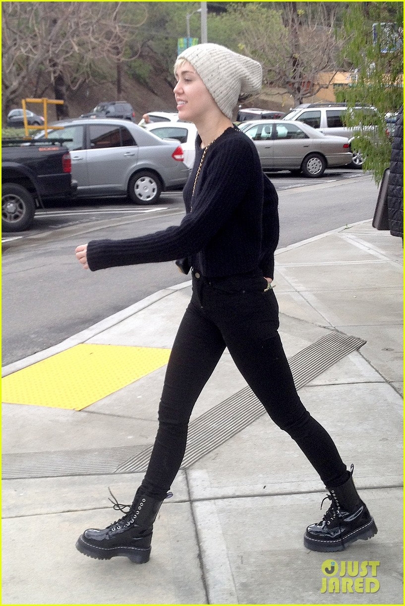 miley cyrus back in la for quick break from bangerz tour 043067157