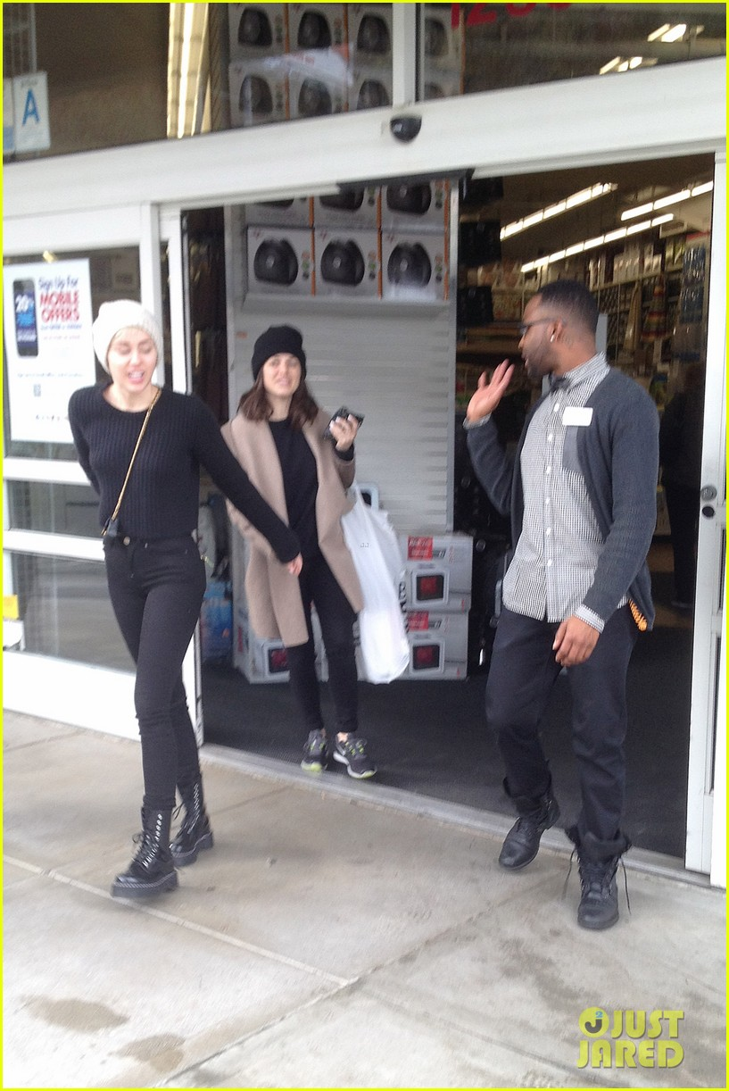 miley cyrus back in la for quick break from bangerz tour 053067158