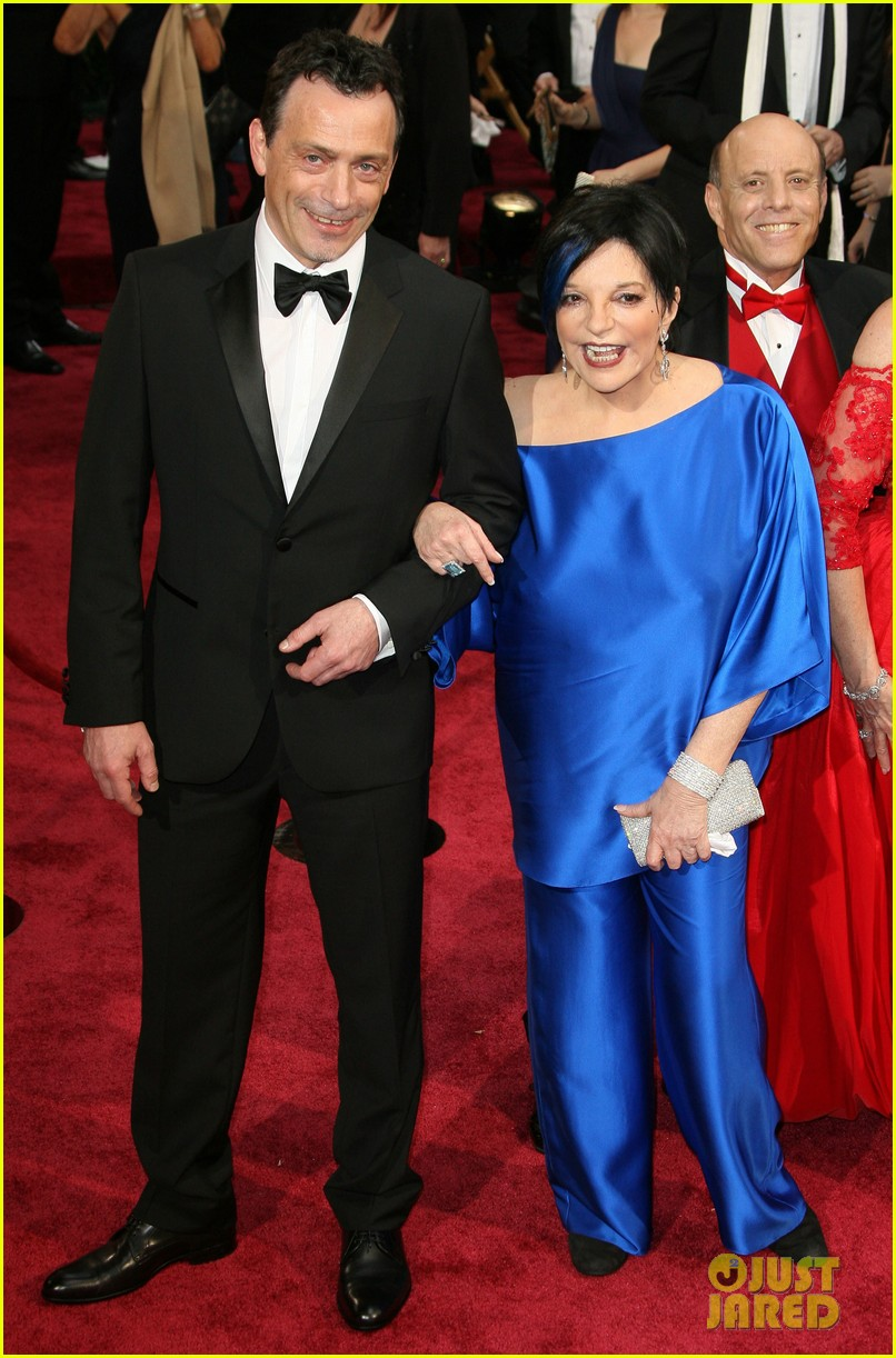 liza minnelli wears blue streak in hair at oscars 2014 053064043