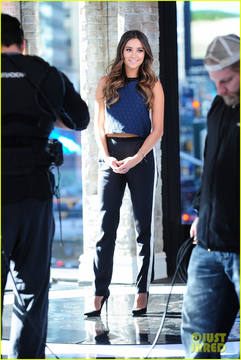 shay mitchell is very careful while live tweeting pretty little liars 013074093