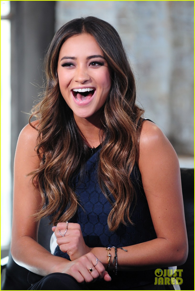shay mitchell is very careful while live tweeting pretty little liars 043074096
