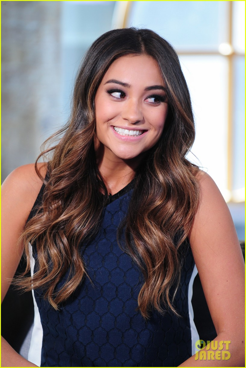 shay mitchell is very careful while live tweeting pretty little liars 083074100