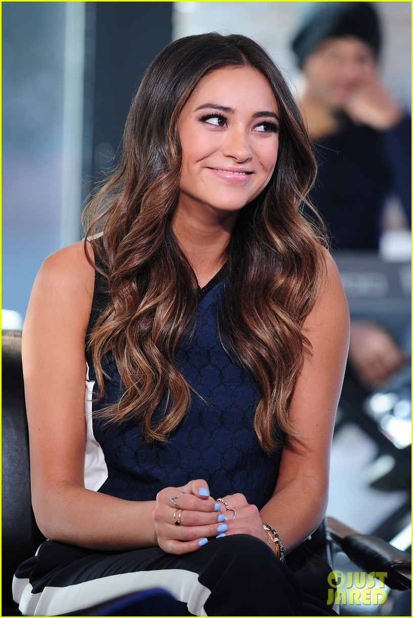 shay mitchell is very careful while live tweeting pretty little liars 093074101