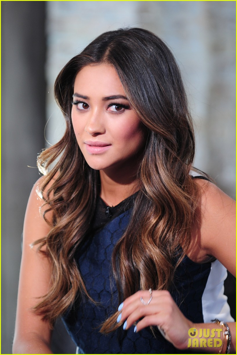 shay mitchell is very careful while live tweeting pretty little liars 203074112