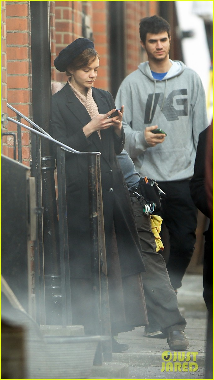 carey mulligan puts on her period garb for sufragette 233071176