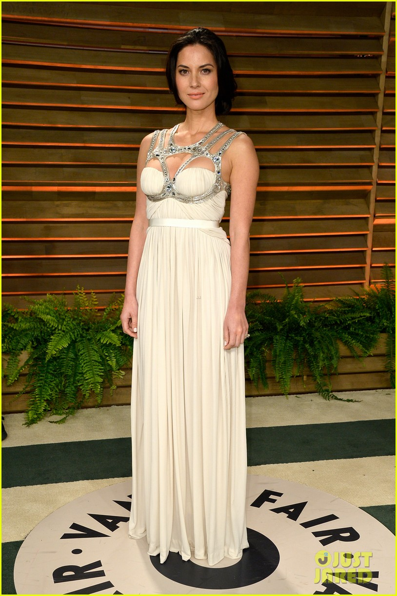 olivia munn shows off her assets at vanity fair oscars party 2014 013064436