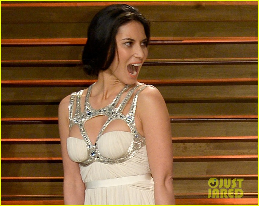 olivia munn shows off her assets at vanity fair oscars party 2014 043064439