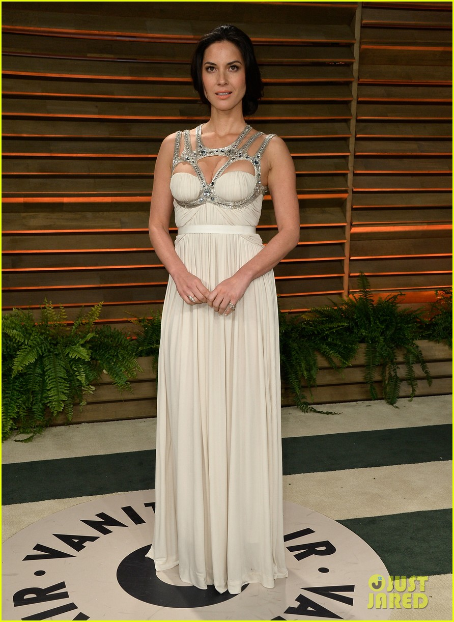olivia munn shows off her assets at vanity fair oscars party 2014 053064440