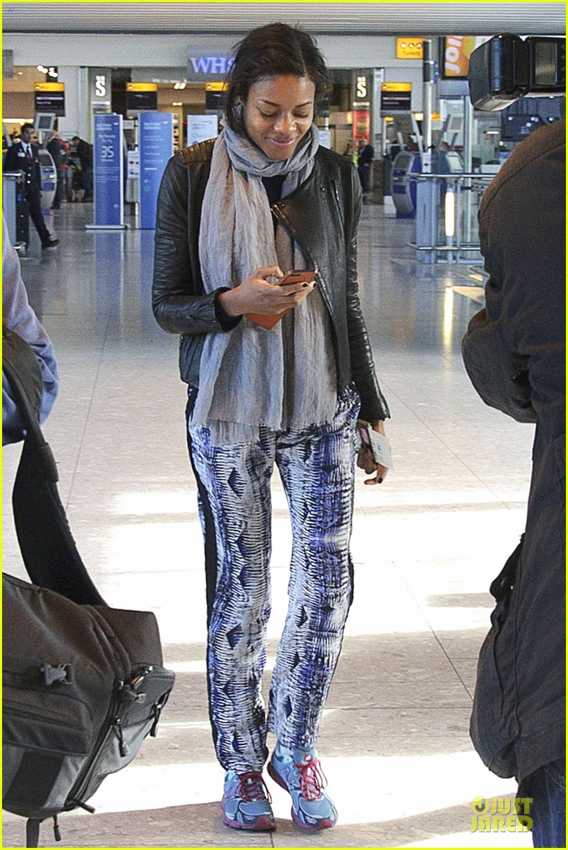naomie harris is flawless without makeup at heathrow airport 01