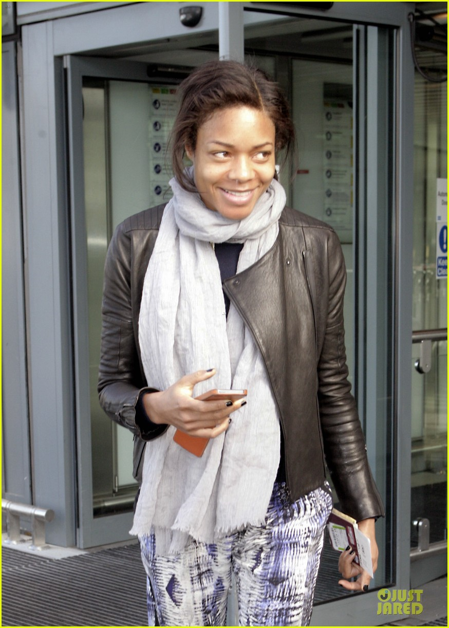 naomie harris is flawless without makeup at heathrow airport 043066147