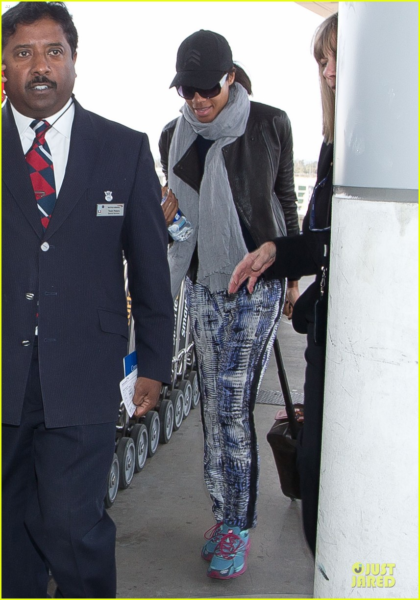 naomie harris is flawless without makeup at heathrow airport 053066148