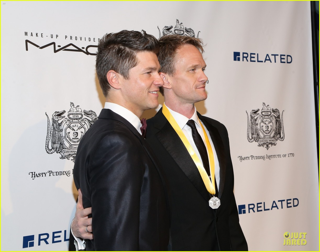 neil patrick harris honored at hasty pudding awards 023069664