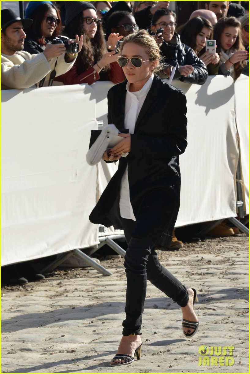 mary kate olsen flashes huge engagement ring louis vuitton show ashley 043066468