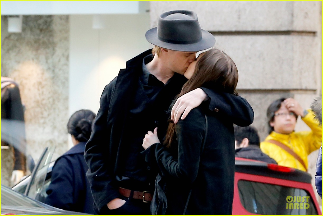elizabeth olsen boyd holbrook enjoy a romantic kiss in paris 023066246