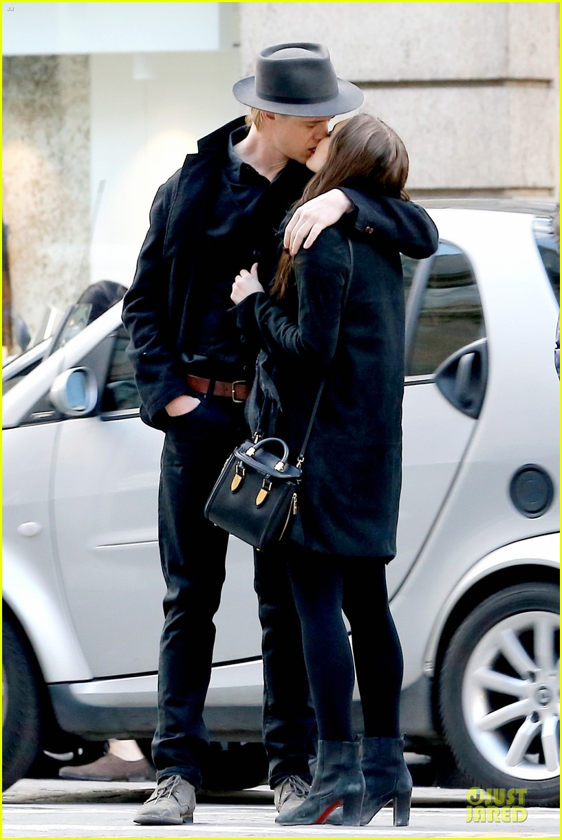 elizabeth olsen boyd holbrook enjoy a romantic kiss in paris 063066250