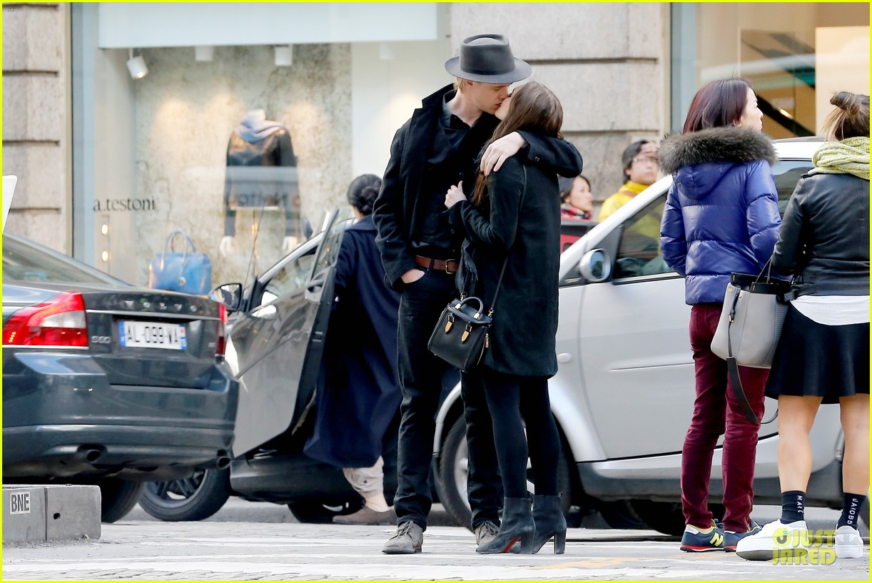 elizabeth olsen boyd holbrook enjoy a romantic kiss in paris 103066254