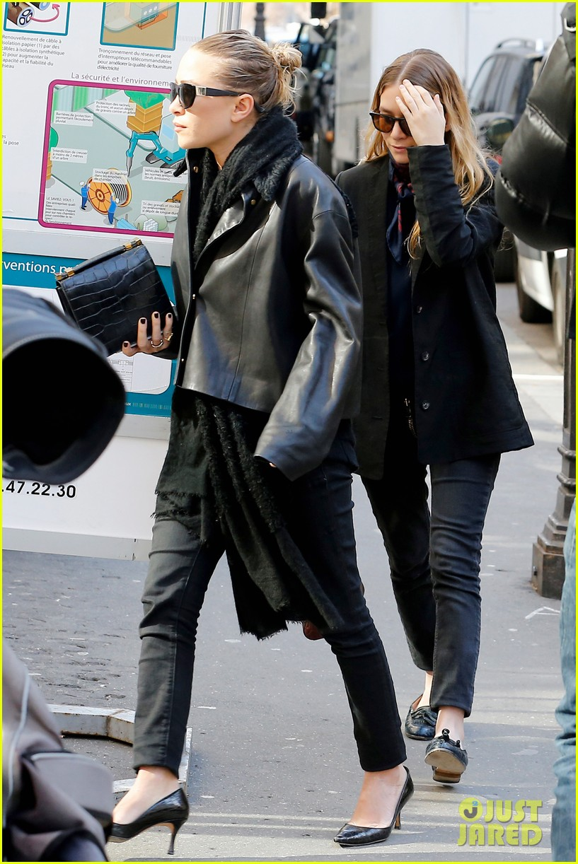 ashley olsen leads the way to louis vuitton mary kate her huge rock follow behind 013067190